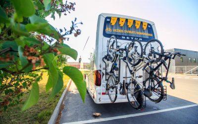 Greitkeliuose – kilometrinės spūstys, bet žmonės neskuba grįžti į autobusus ir traukinius